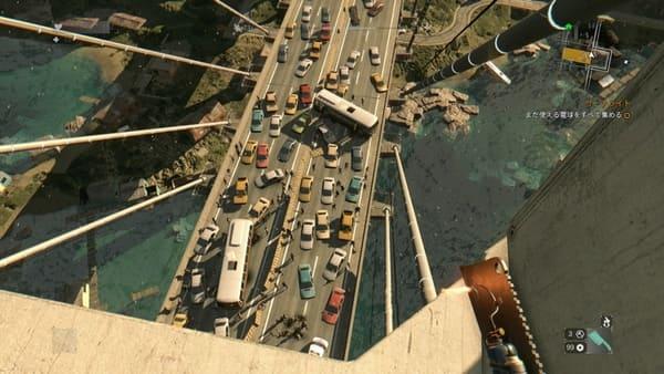 パルクールで高い所に上って下を見下ろしている画像