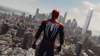 スパイダーマンがアメリカの街を見下ろしている画像